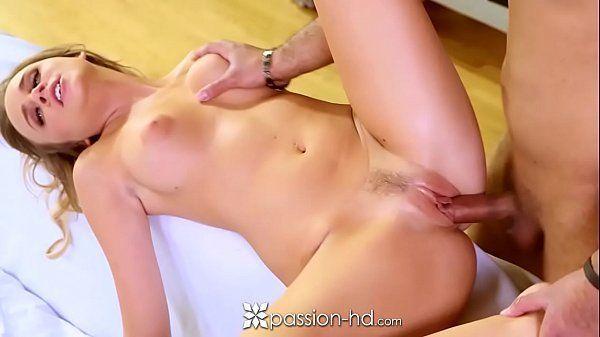 Samba no porno com a vadia da xoxota rosadinha dando para o safado